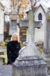 Donna triste visita tomba